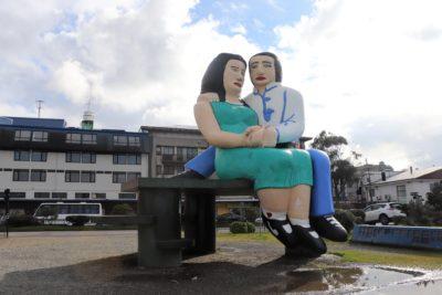 """Puerto Montt: Contraloría investigará consulta ciudadana por futuro de la estatua """"Sentados frente al mar"""""""