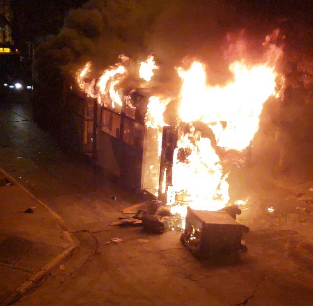 Encapuchados queman buses del Transantiago en barrio Yungay