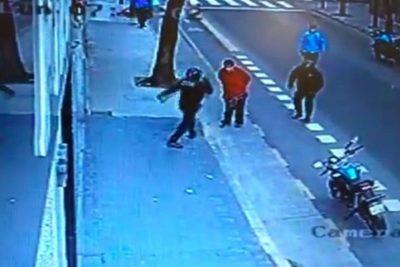 Sin ninguna provocación, policía argentino mata a ciudadano con violenta patada