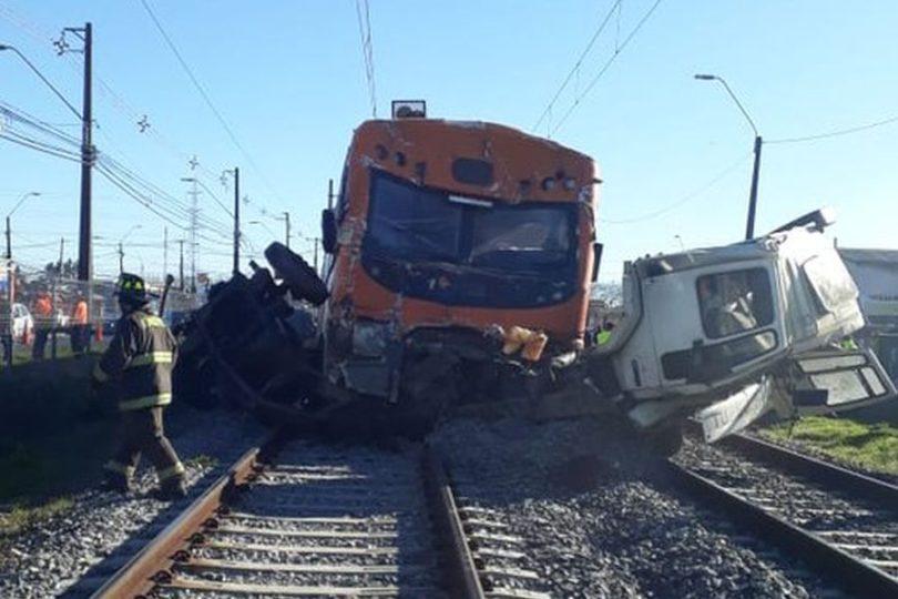 Dos muertos deja colisión de camión con Biotrén en Coronel