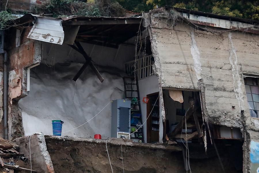 """""""No quiso hacer nada"""": familiar de fallecidos culpó a dueña de la casa por derrumbe"""