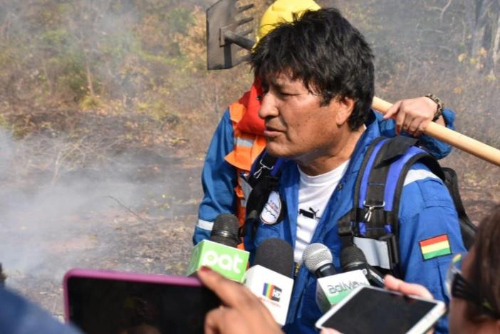 A 53 días de las elecciones, Evo Morales se viste de bombero y sale a combatir los incendios
