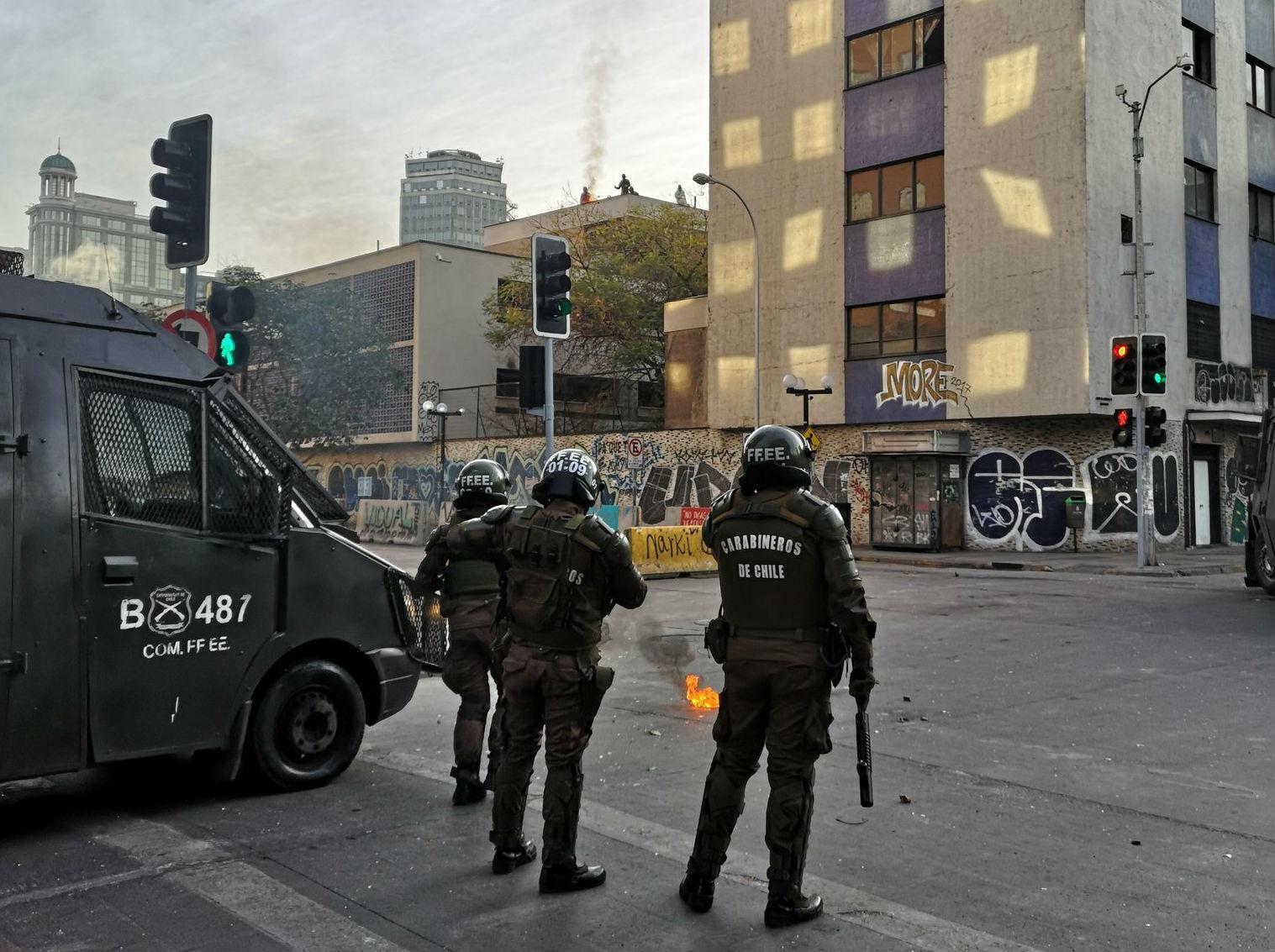 Encapuchados vuelven a enfrentarse a Carabineros en el Instituto Nacional: tuvieron que evacuar a alumnos