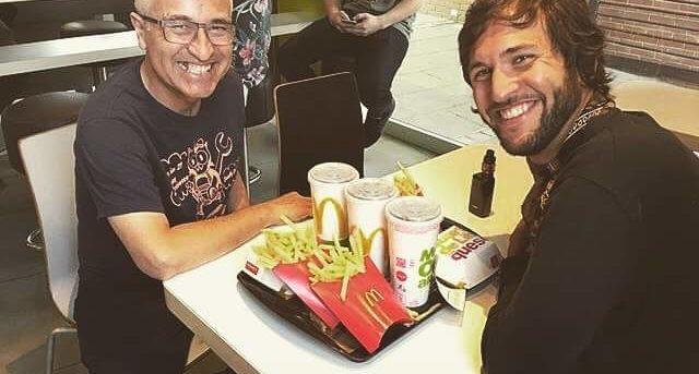 Un sonriente Jorge González sorprende al aparecer disfrutando de una hamburguesa