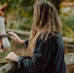 """Nuevo camino al empoderamiento: un retiro con caballos busca a nuestra """"Mujer Salvaje"""""""