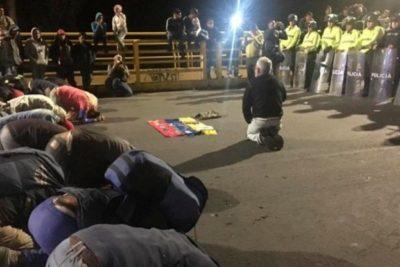 Venezolanos suplicaron de rodillas poder entrar a Ecuador