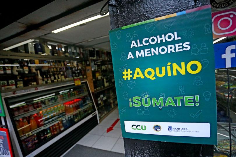 Municipalidad de Santiago lanzó campaña para prohibir venta de alcohol a menores de edad