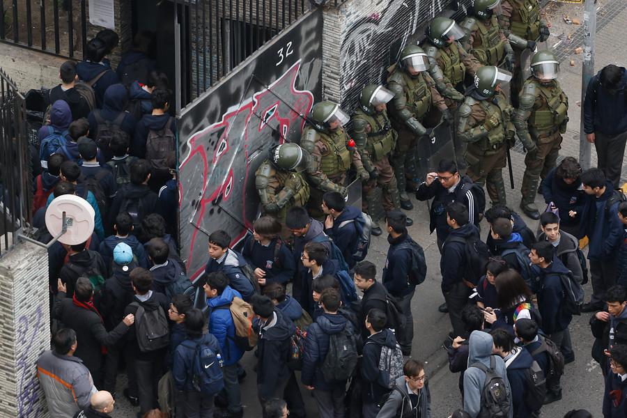 Contraloría: funcionarios municipales no pueden revisar mochilas de alumnos del Instituto Nacional