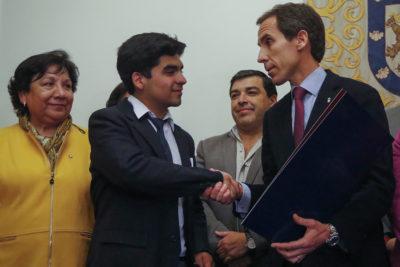 Alcalde de Santiago y alumnos firman acuerdo para modernización del Instituto Nacional
