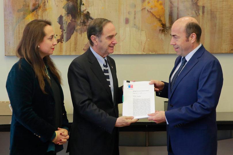 """Ministro Larraín desmiente a Movilh por matrimonio igualitario: """"No hay ninguna obligación pendiente"""""""