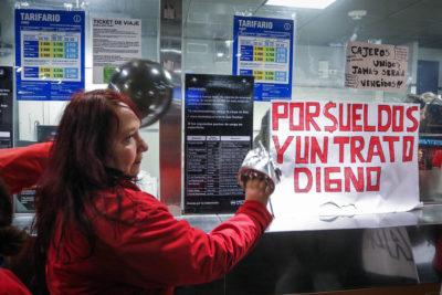 Cajeros llegan a acuerdo y deponen huelga que afectó al Metro de Santiago