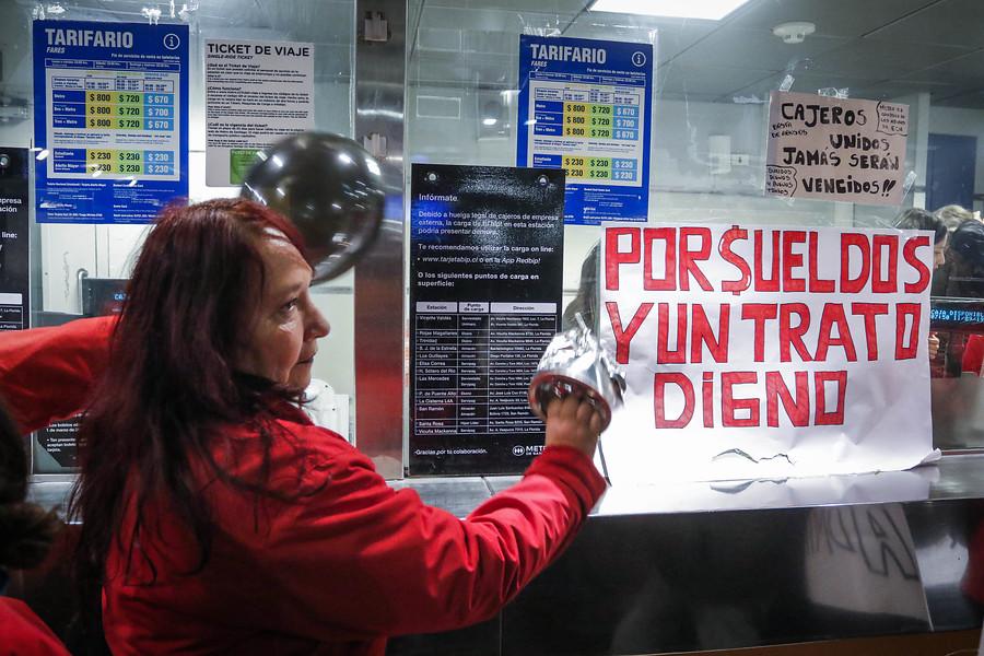 """""""Cajeros llegan a acuerdo y deponen huelga que afectó al Metro de Santiago"""""""