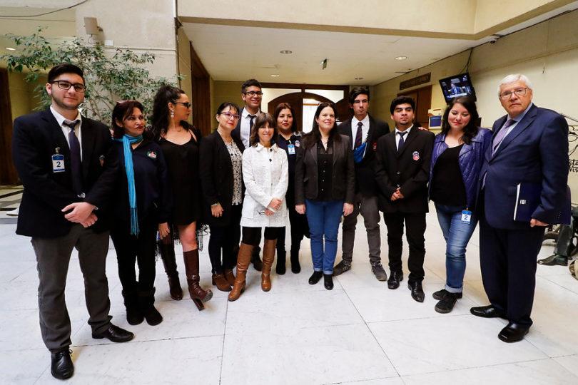 Diputados presentan proyecto para prohibir uso de lacrimógenas en colegios