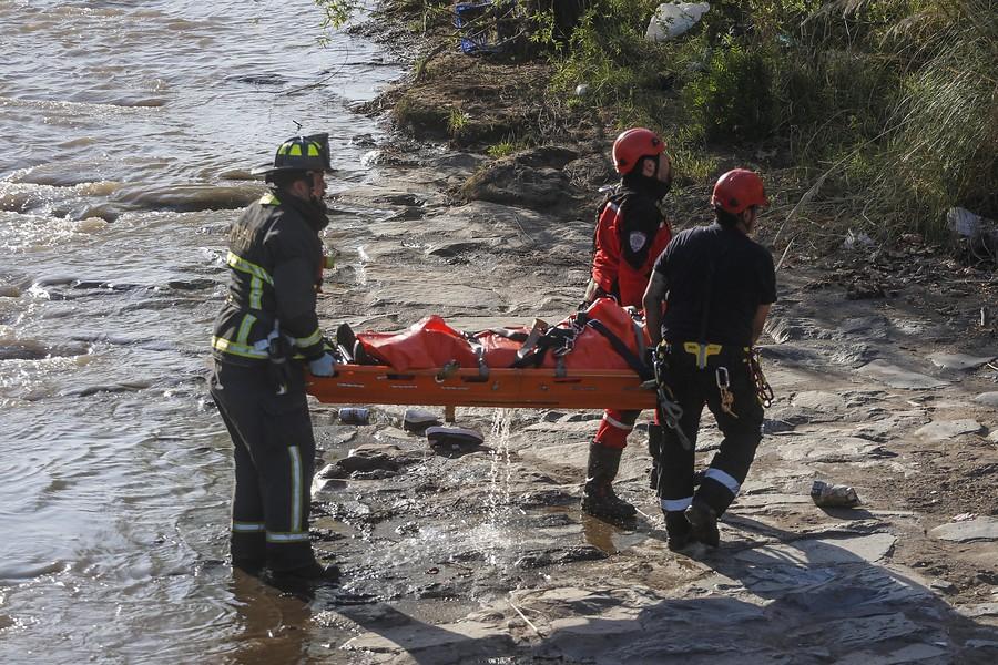 Hallan cuerpo flotando en cauce del Río Mapocho
