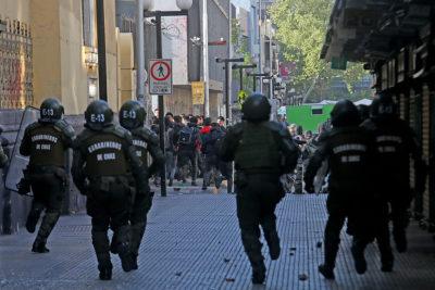 Registran enfrentamientos entre encapuchados y Carabineros en el Instituto Nacional