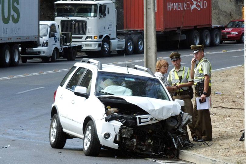 Conductora bajo los efectos del alcohol deja dos heridos tras volcamiento de camioneta