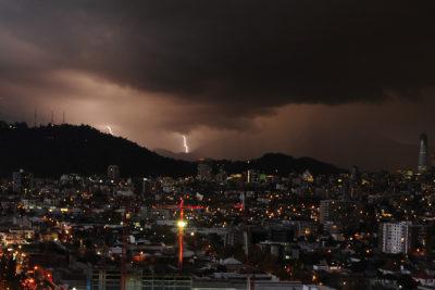 VIDEOS + FOTOS |Los mejores registros que dejó la sorpresiva tormenta eléctrica que azotó Santiago