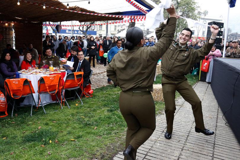 Polémico instructivo prohíbe a carabineros bailar cueca con uniforme institucional