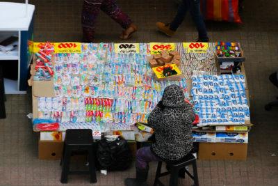 Funcionarios públicos no podrán comprar en el comercio ambulante en Santiago