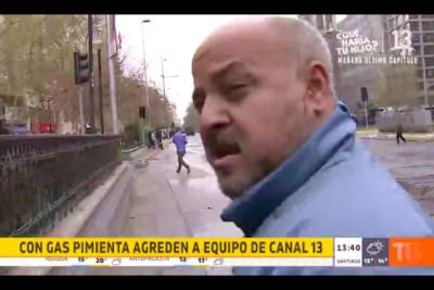 """Miguel Acuña relata la golpiza que recibió equipo de Canal 13 en medio de protesta: """"Me patearon la cabeza"""""""