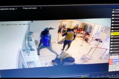 VIDEO |Cámara de seguridad grabó asalto con arma de guerra en ServiEstado