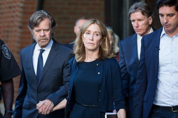 """Corrosivo chiste por encarcelamiento de Felicity Huffmann en gala del Emmy"""
