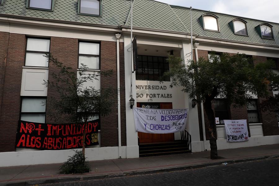 """""""Estudiantes de la UDP inician huelga de hambre: critican protocolo de denuncia por acoso sexual"""""""