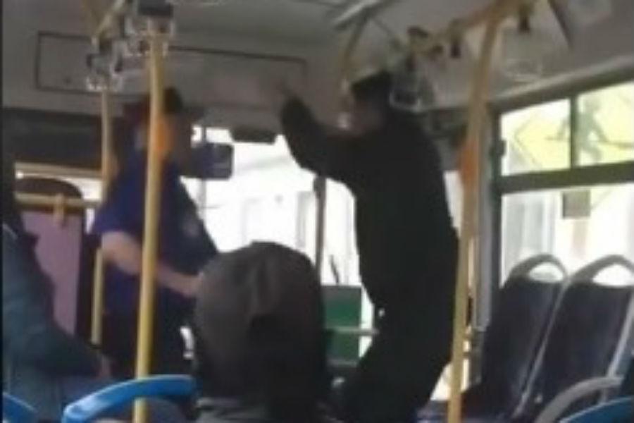 """""""Registran violenta pelea entre chofer y pasajero de micro en Punta Arenas"""""""