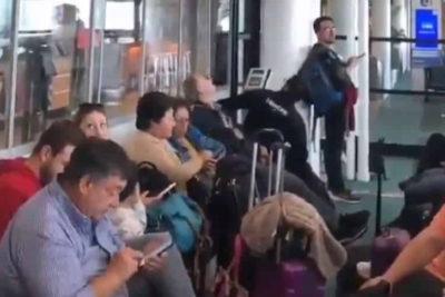 VIDEO | La calmada reacción por el sismo en el Aeropuerto de Santiago que se ganó la admiración mundial