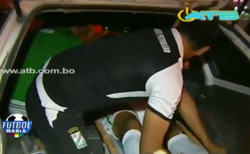 VIDEO | Indignación en Bolivia: futbolista se fracturó y tuvo que ser trasladado en taxi ante la falta de ambulancia