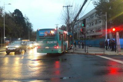Bus chocó con poste y provocó masivo corte de luz en Las Condes