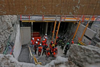 Personas atrapadas tras derrumbe de edificio en construcción en Santiago centro