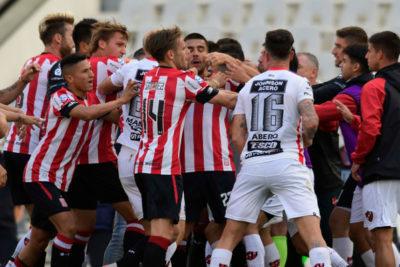 Gonzalo Jara es expulsado después de abatirse a golpes en partido de la Superliga de Argentina