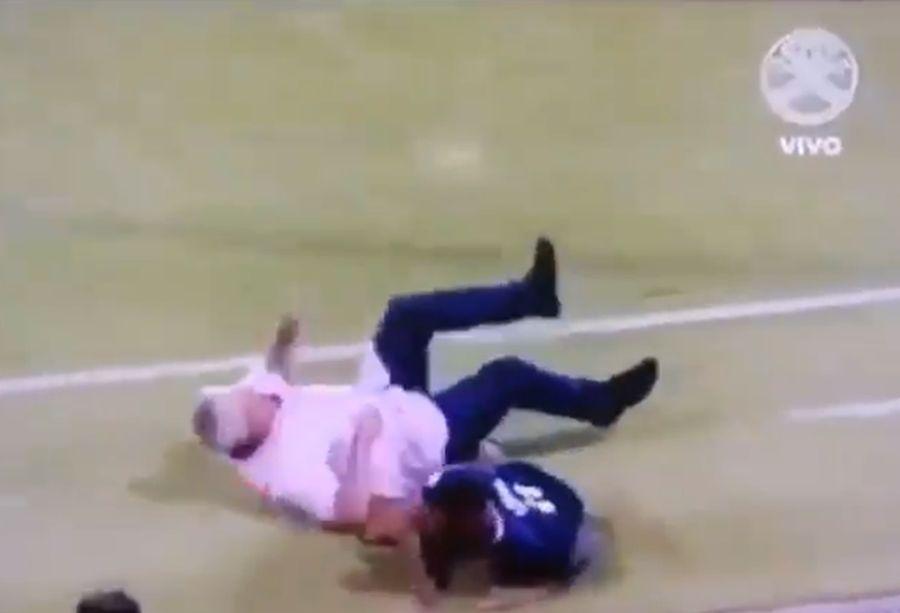 VIDEO | 'Tolo' Gallego terminó golpeado en su debut como DT de Panamá