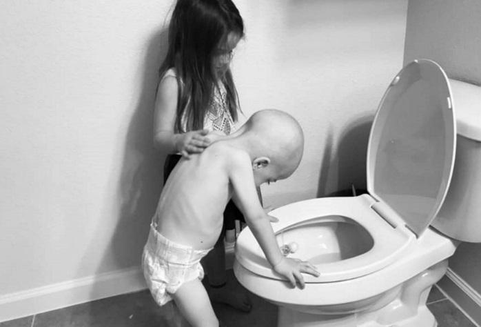 La estremecedora foto que conmueve a las redes sociales: Una niña de 5 años consuela a su hermano enfermo de cáncer