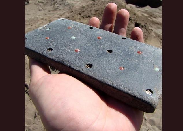 """Arqueólogos encuentran """"iPhone"""" en tumba de 2.100 años de antigüedad"""