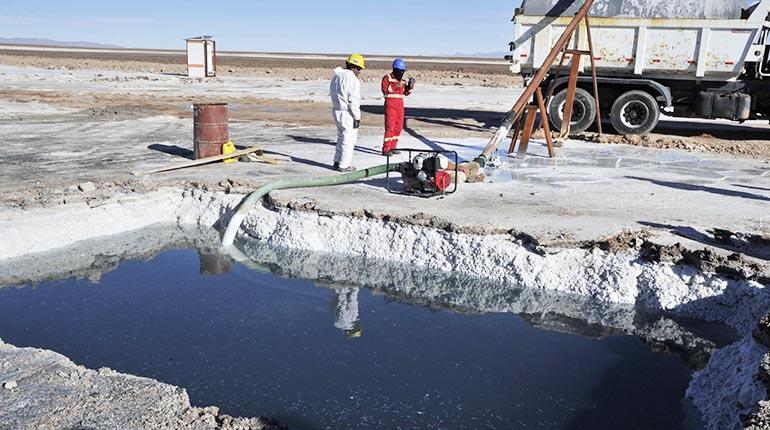 Guerra del litio: Bolivia toma la delantera y se prepara para exportar baterías
