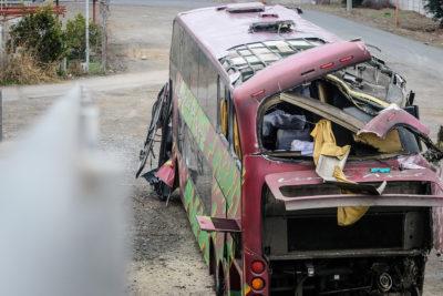 Padres de víctimas indican exceso de velocidad como causa del fatal accidente de bus