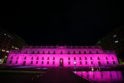 La Moneda se ilumina de rosado por campaña contra el cáncer de mama