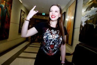 Camila Flores encabeza homenaje a integrante de Slayer en Cámara de Diputados