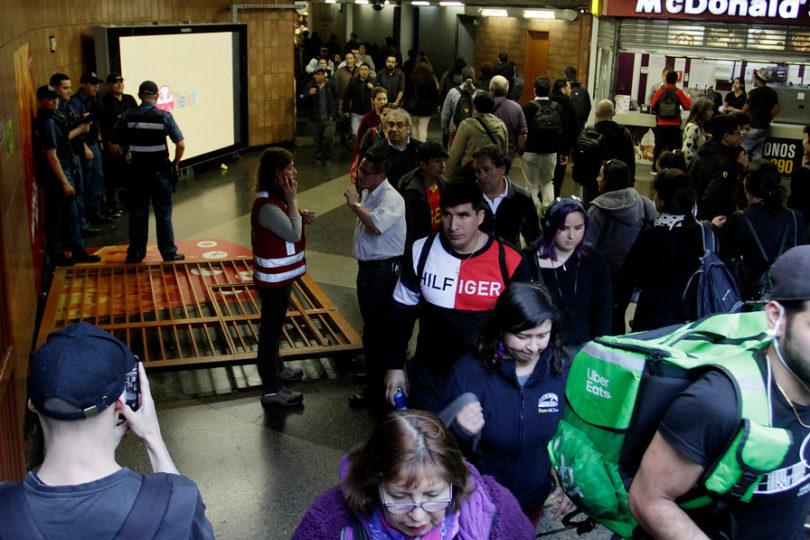VIDEO | Evasión masiva: derriban reja de acceso a estación Plaza de Armas
