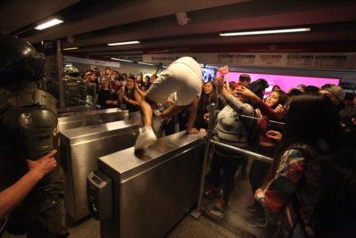 VIDEO |En estación Las Rejas: manifestantes llaman a no pagar el pasaje del Metro