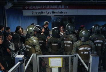 Indignante registro: evasor destruye torniquetes en Metro de Santiago
