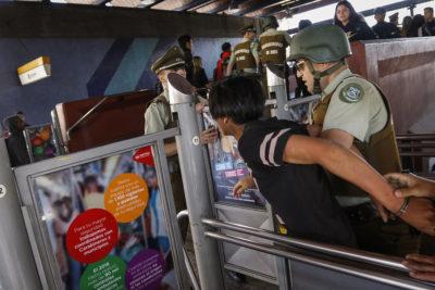 Formalizan a jóvenes por participación en evasiones masivas en el Metro