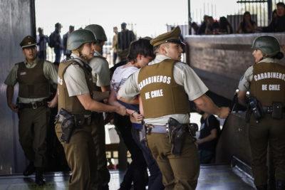 VIDEO | La violenta detención que realizó Carabineros en una estación del Metro