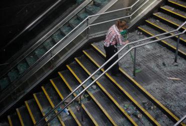 """""""Limpiemos la estación"""": Gobierno inicia campaña para que ciudadanos ayuden a limpiar el Metro"""