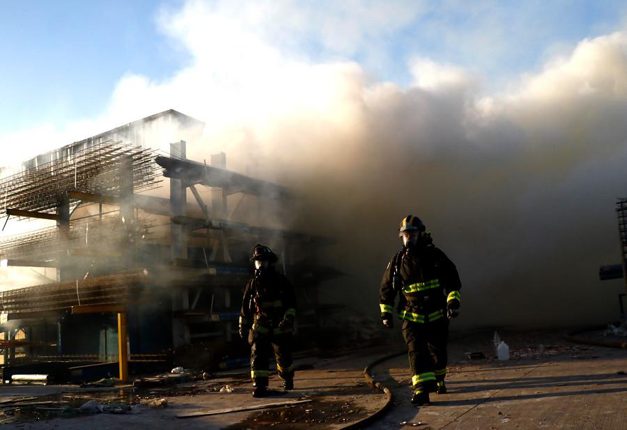 Confirman identidades de fallecidos tras incendio en Construmart de La Pintana