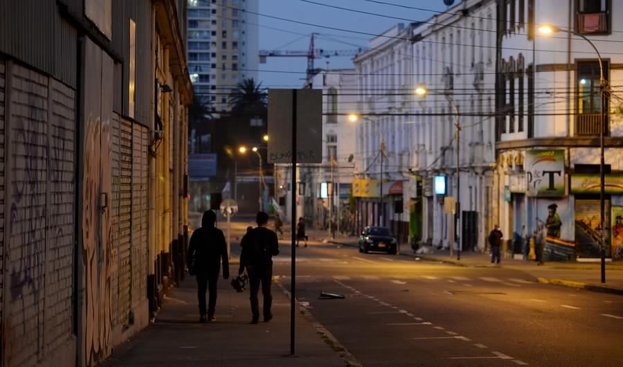 Toque de queda continuará en Valparaíso y Concepción