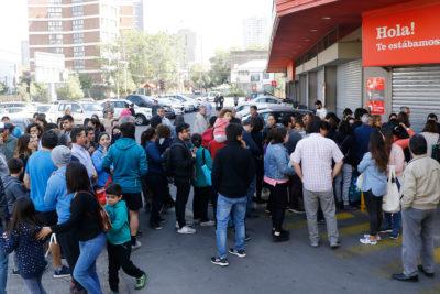 Gran afluencia de público en supermercados abiertos este lunes en la RM