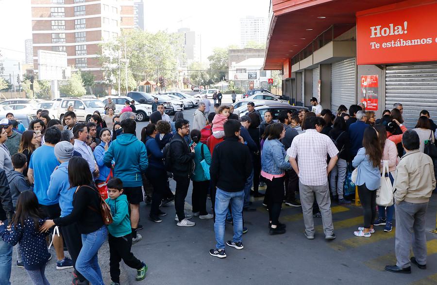 """""""Gran afluencia de público en supermercados abiertos este lunes en la RM"""""""